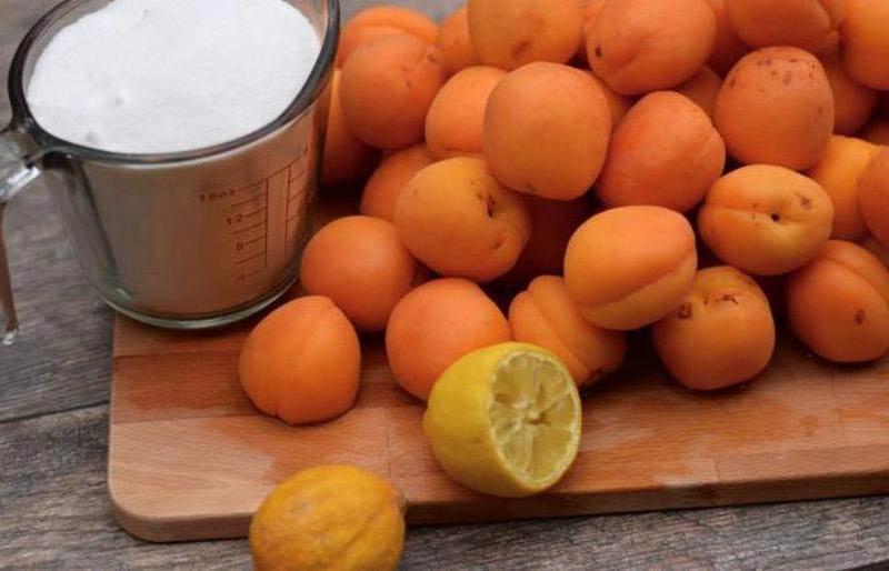 вино с лимоном и абрикосами